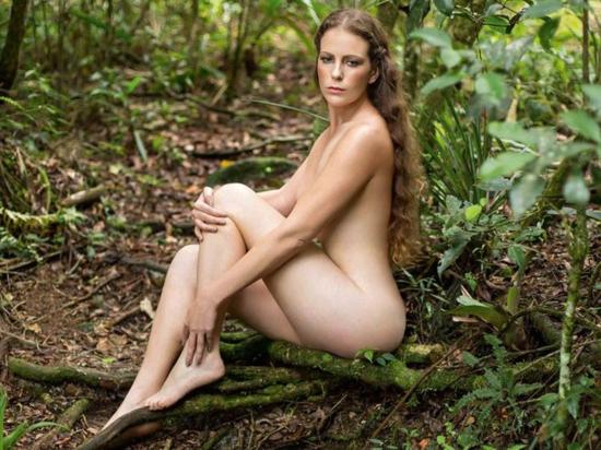 Activista desnuda en la selva