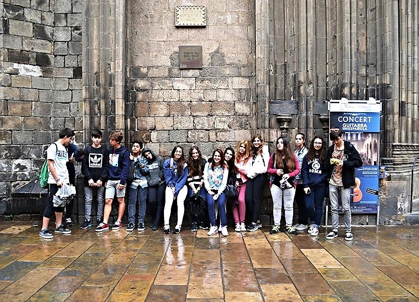 Fotografía de la profesora del área visual y plástica: Francesca Cristina (2015) Parte de los alumnos, en Plaça del Pi.