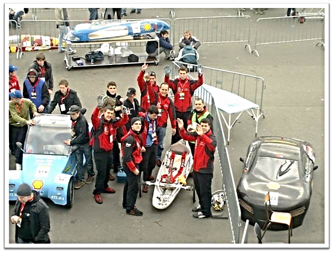El equipo de 2010 en Lausitz (Alemania) saluda con alegría junto al 'Lince 1.0'
