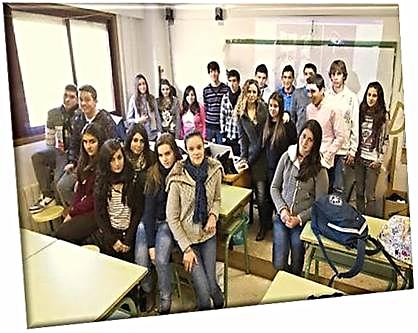 Estudiantes Instituto de Moaña premiados por sus creaciones de video, con su profesora Luz Beloso. / LALO R.VILLA