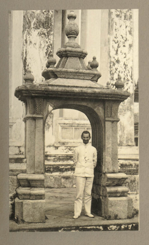 Photograph of Döhring standing by a gate at Wat Chetuphon, Bangkok. He admired the fact that the gate was made from granite in a style showing baroque architectural influences. From Döhring's book Buddhistische Tempelanlagen in Siam, second volume of plates, plate 114. British Library, 7818.pp.8