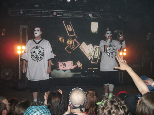 800px-Twiztid_in_Chesterfield,_MI_on_April_27th,_2013